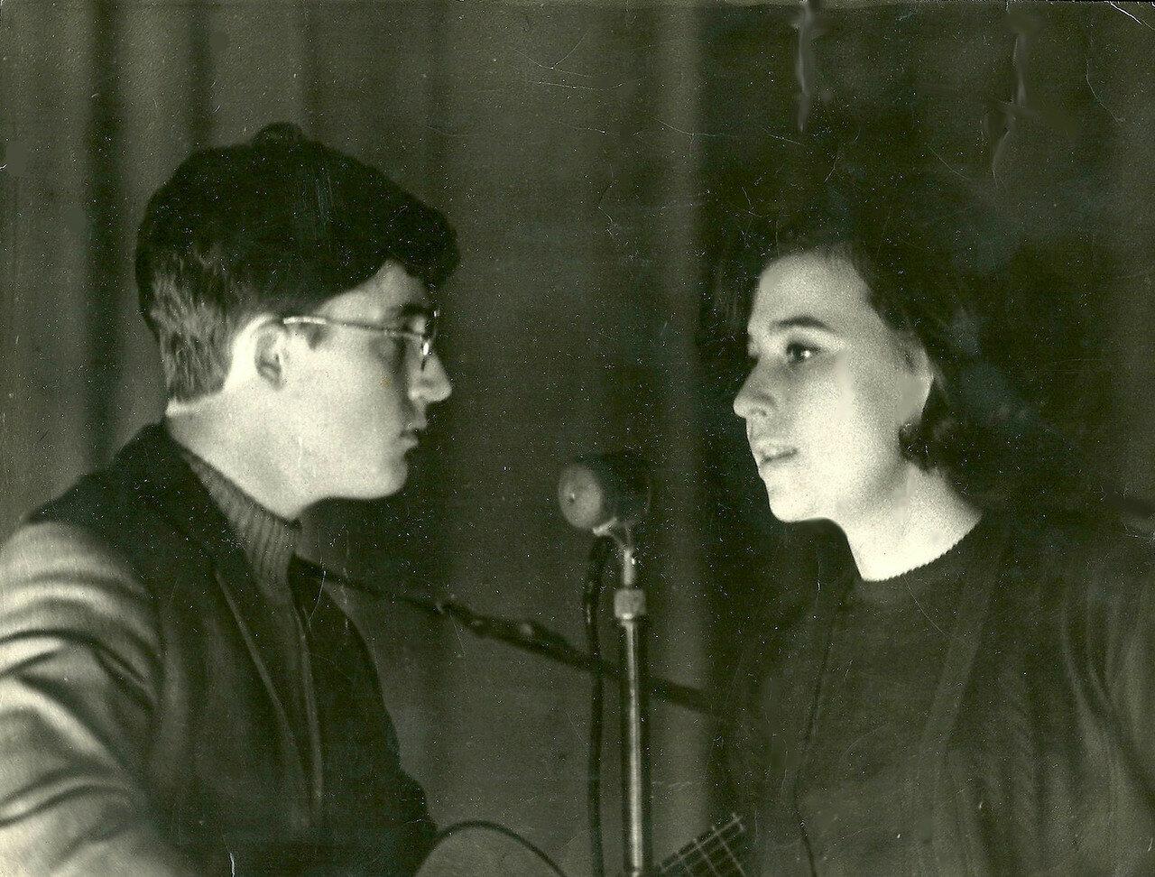 1969. На вечере французской песни в БАЗе. Справа - Валя Конушкина