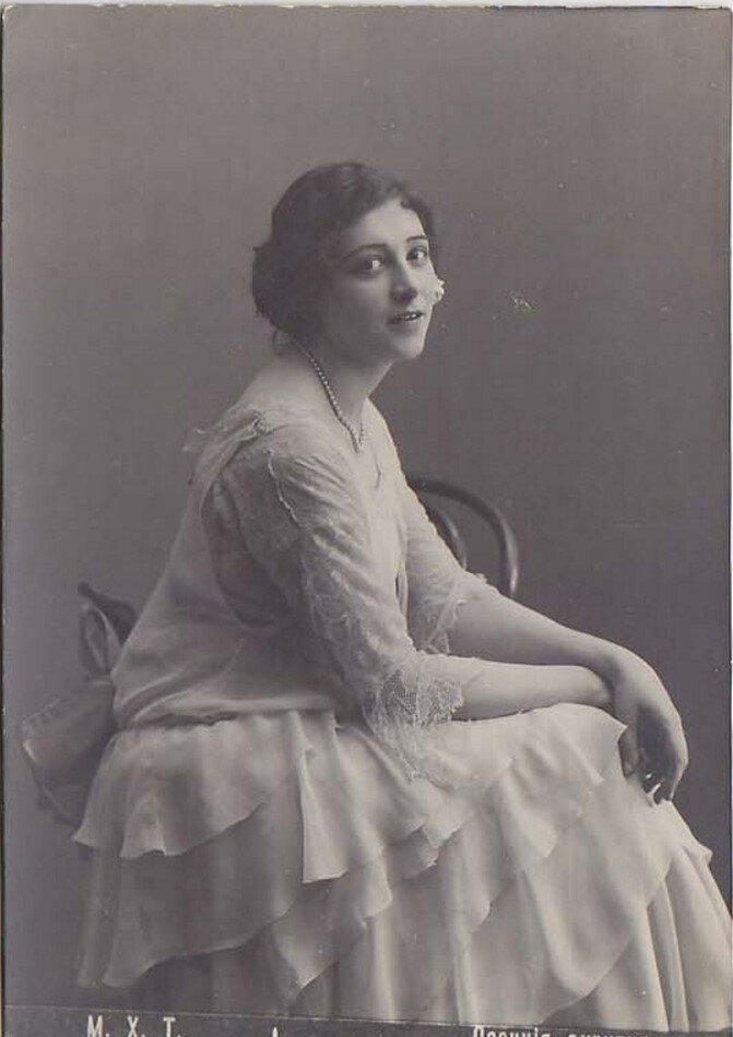 Жданова Мария Александровна. Принимала участие во втором сезоне гастролей МХАТ в Европе и Америке (1923-24). После возвращения артистка оказалась вне труппы и в МХАТ‑1, и в его бывших студиях.