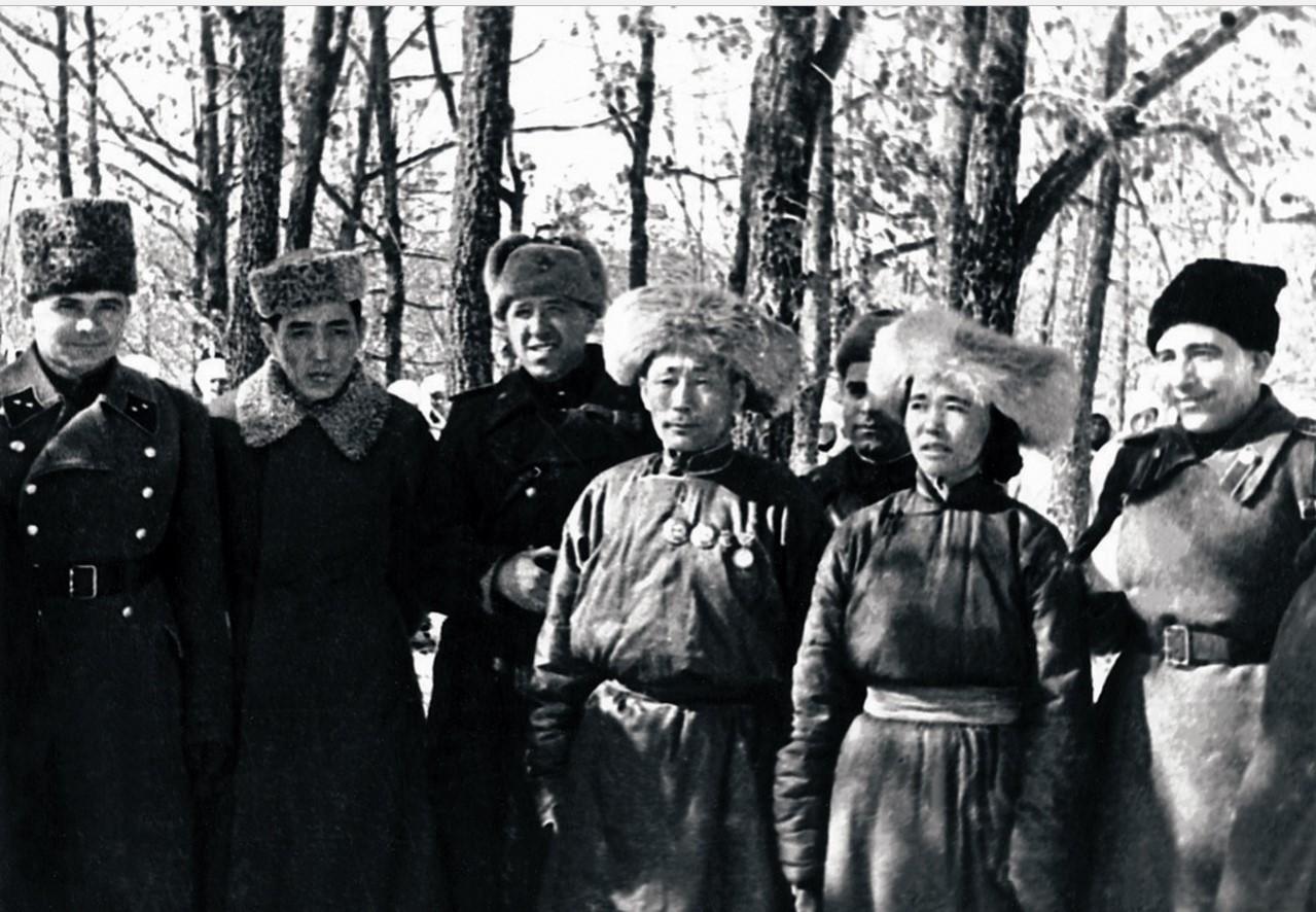 1944. Монгольская делегация с командирами 1-й гвардейской танковой армии Михаилом Катуковым (первый справа), командующим 1-й гвардейской танковой армией, Андреем Гетманом и другими