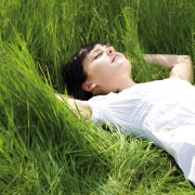 Лежать на траве
