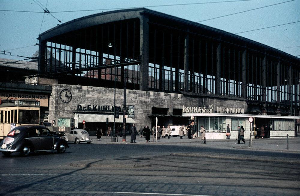 1954 Berlin Heinz Vontin Bahnhof Zoo.jpg