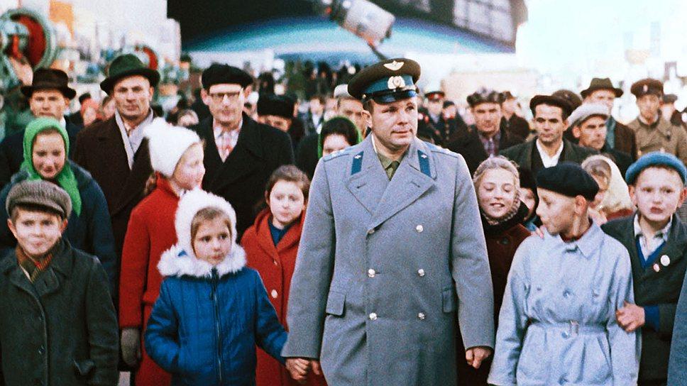Гагарин в павильон Космос ВДНХ фото Валентина Черединцева ТАСС.jpg