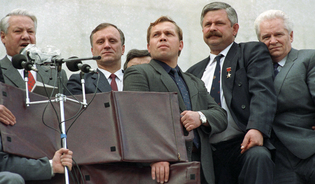 Борис Ельцин, Геннадий Бурбулис, Александр Руцкой, после августовского путча 1991 года.jpg