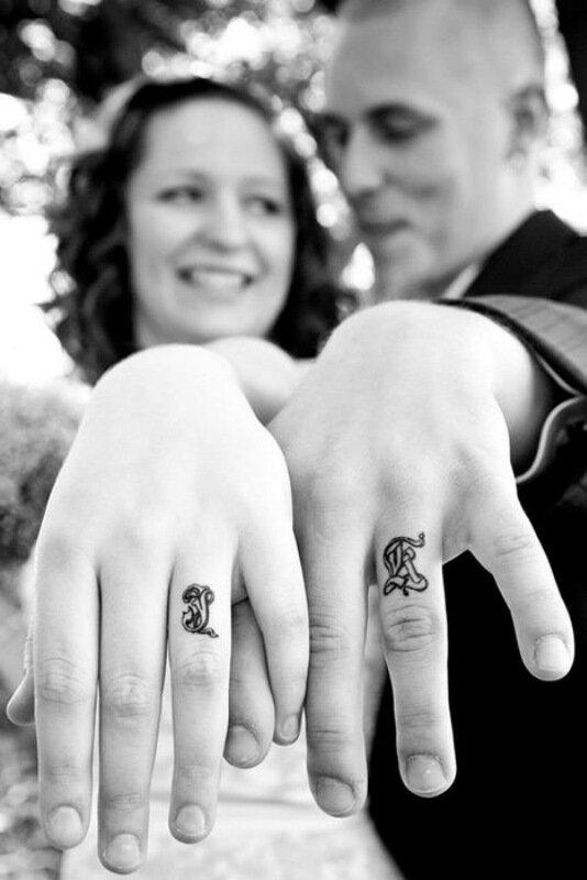 Свадебные тату на пальцах вместо традиционных обручальных колец