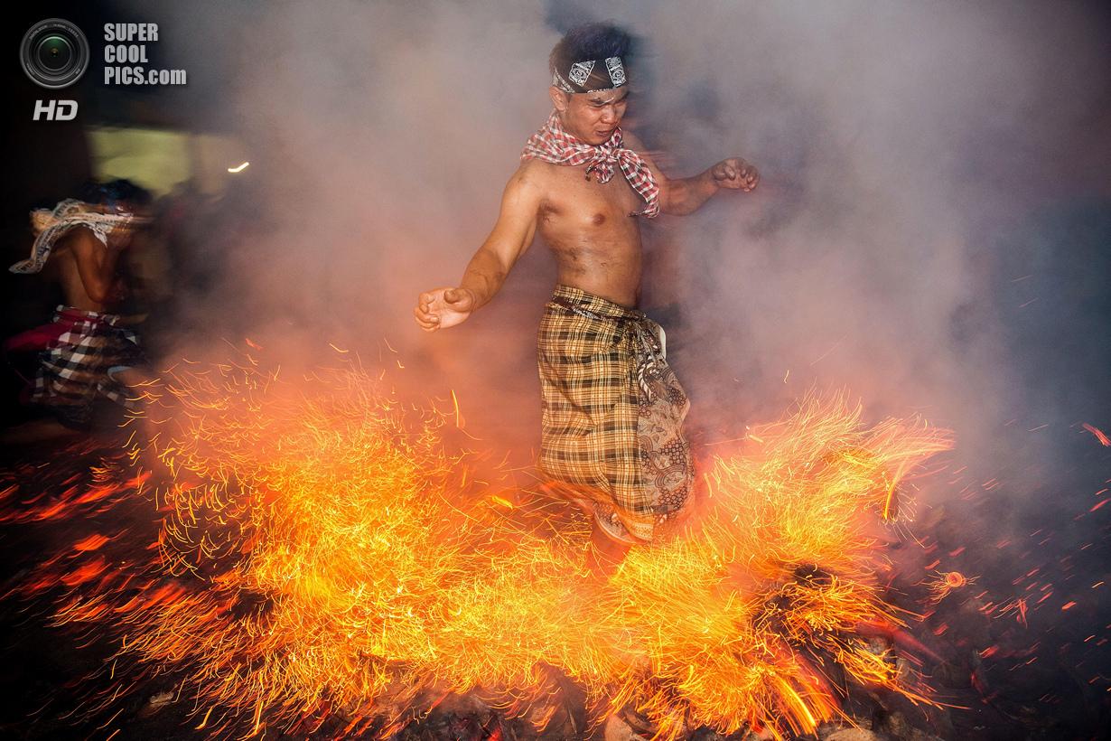 Очищение огнём на острове Бали (13 фото)