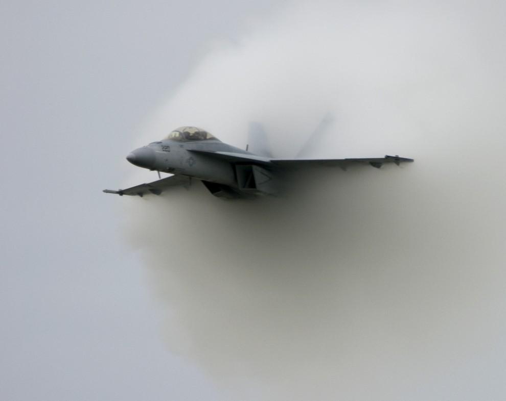 2. Причина его возникновения заключается в том, что летящий на высокой скорости самолёт создает обла