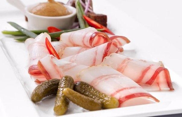 Традиционное украинское соленое сало славится на весь мир. Такой деликатес можно подавать к любы