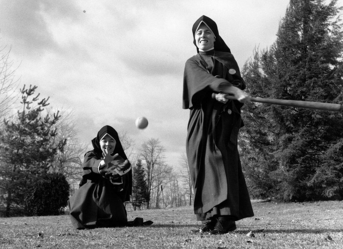 1976 год. Две монашки играют в бейсбол.