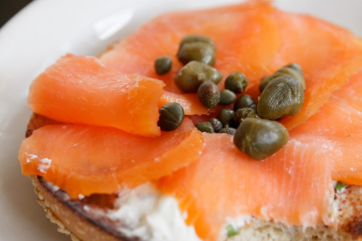 Лосось копчёный — вкусный, но опасный. Этот продукт, как и сырая рыба, может содержать опасные м
