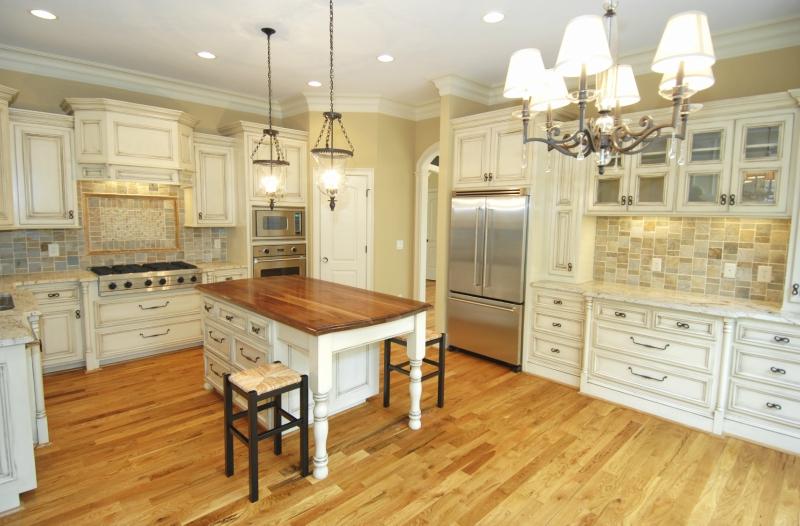 Дизайн кухни в светлых оттенках фото 10