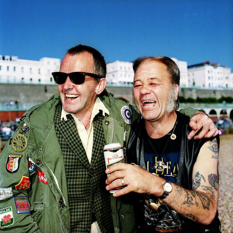 Рэй Кук и Стив Ховард. Моды и рокеры в прошлом сильно враждовали, а сейчас вместе пьют пиво.