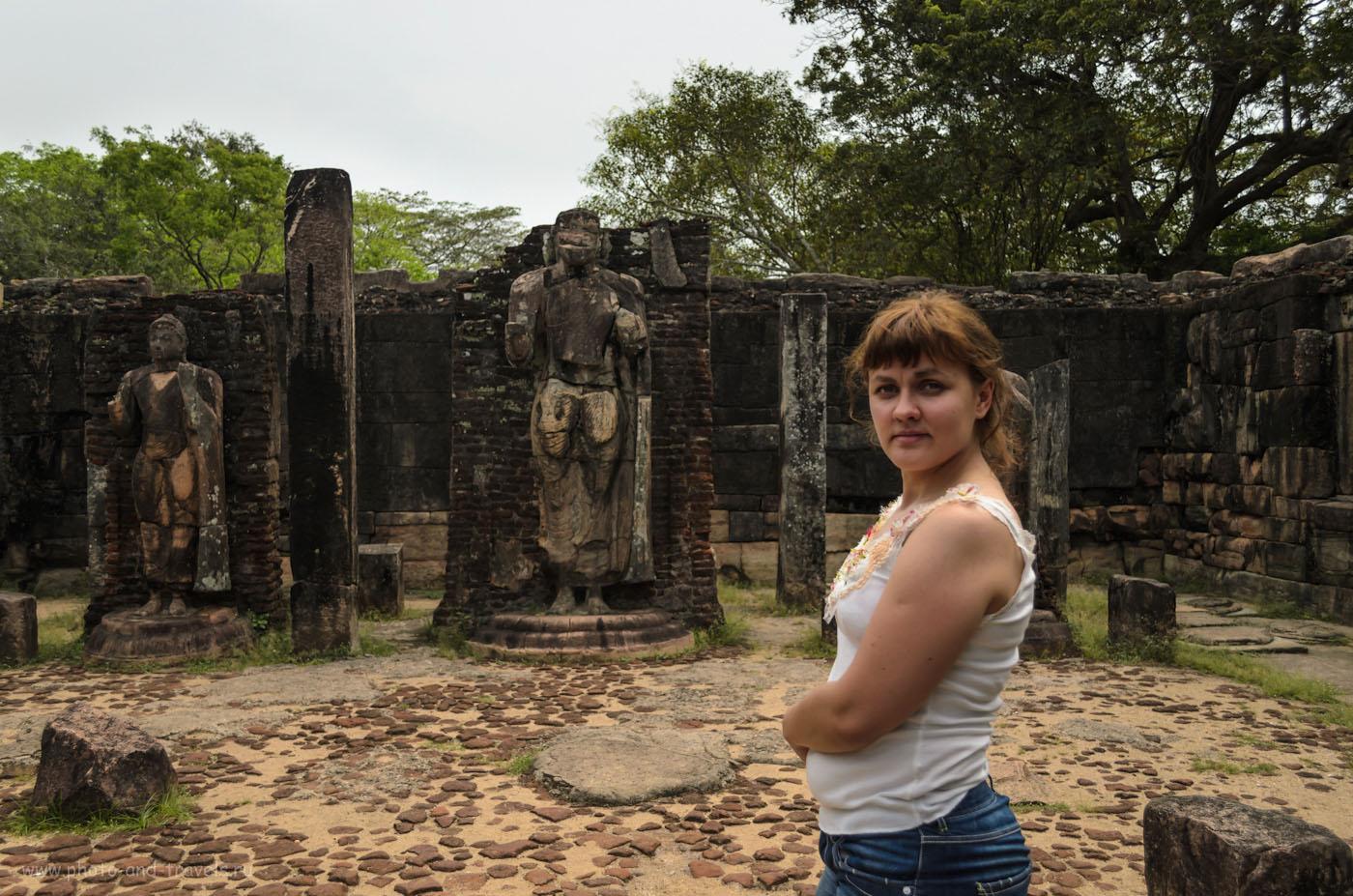 Фото 7. Не фотографируйтесь спиной к Будде. Только боком. Это правило действует не только во время экскурсий на Шри-Ланке, но и во всех буддийских странах. Отзывы туристов о поездке в Полоннарува.