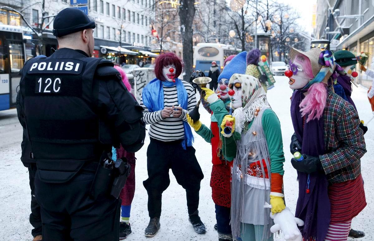 Клоуны и полицейский: Задушевный разговор посреди улицы
