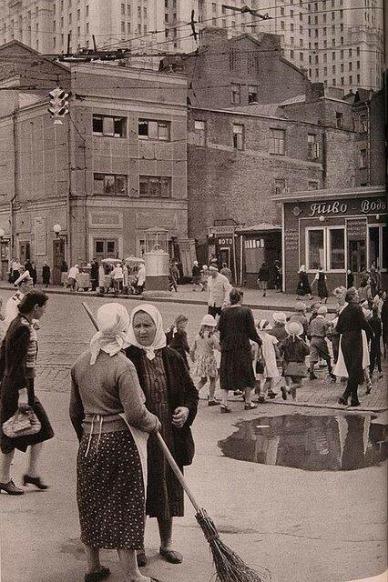1562 Баррикадная улица 1954 Анри Картье-Брессон.jpg