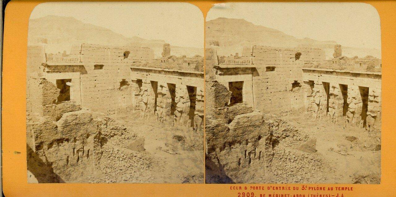 Мединет-Абу. Двор и третий пилон погребального храма  Рамсеса III