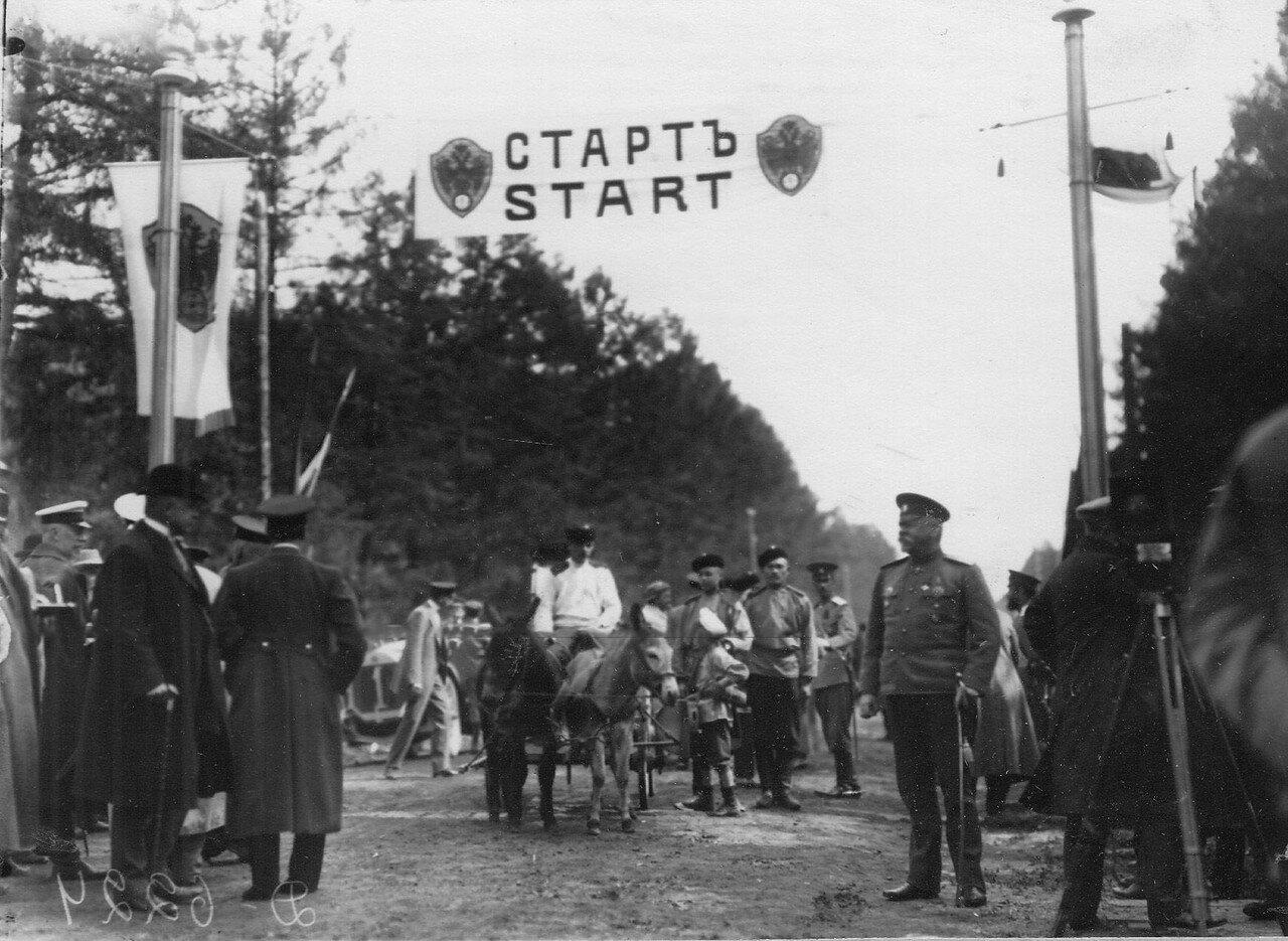 03. Группа военных у старта; справа стоит генерал-адъютант В.А.Сухомлинов