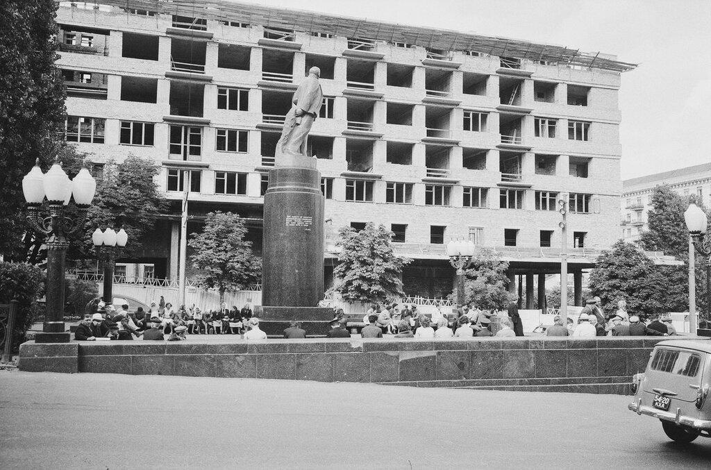10. Памятник Ленину на бульваре Тараса Шевченко