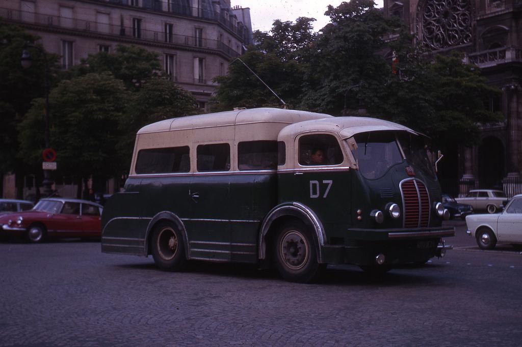 1964 Paris, camion atelier RATP-autobus.jpg