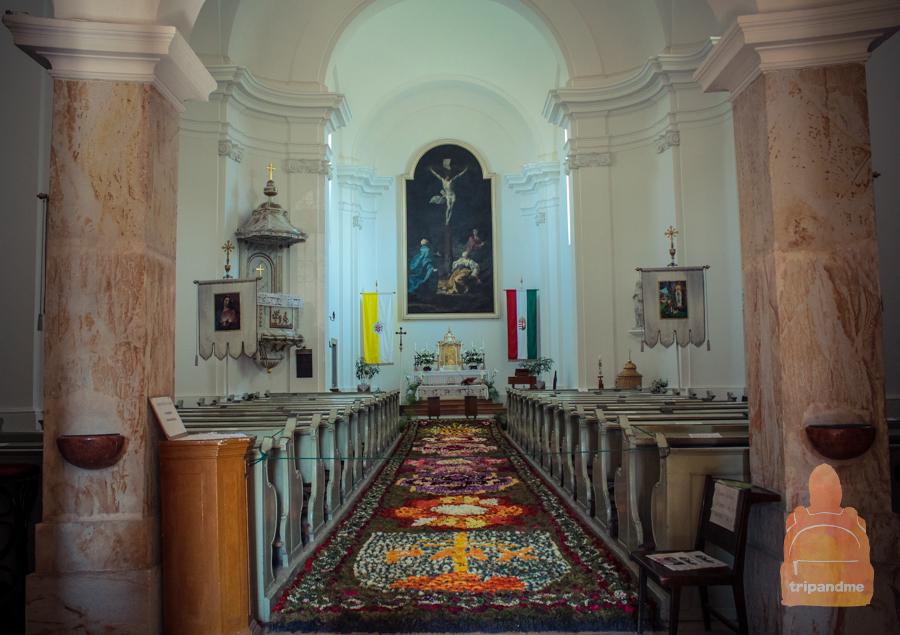 В храме тихо и спокойно