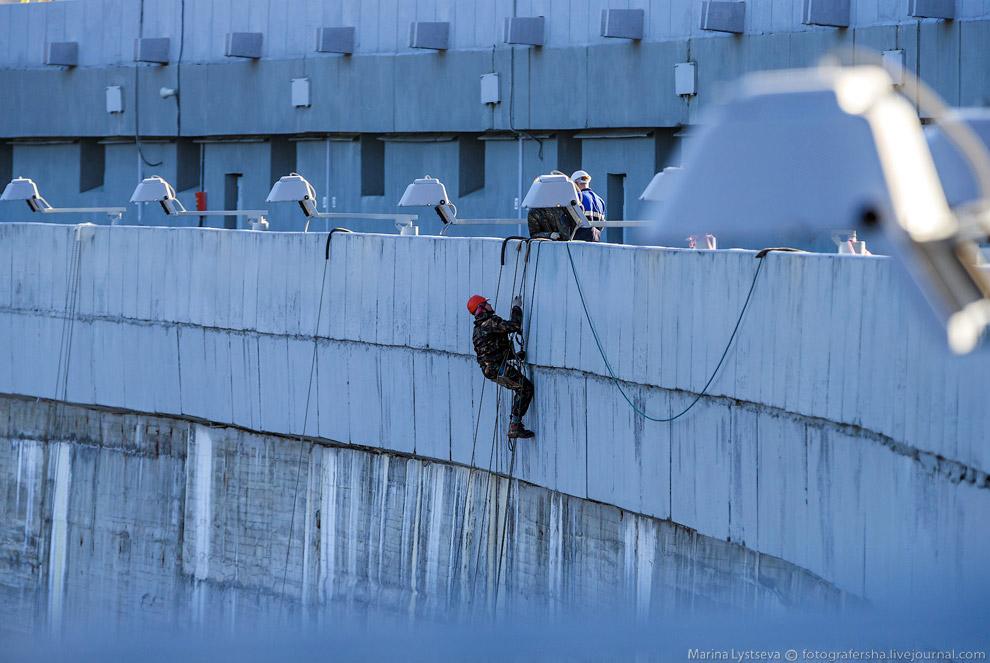 37. Устойчивость и прочность плотины под напором воды обеспечивается и за счет собственного веса (пр