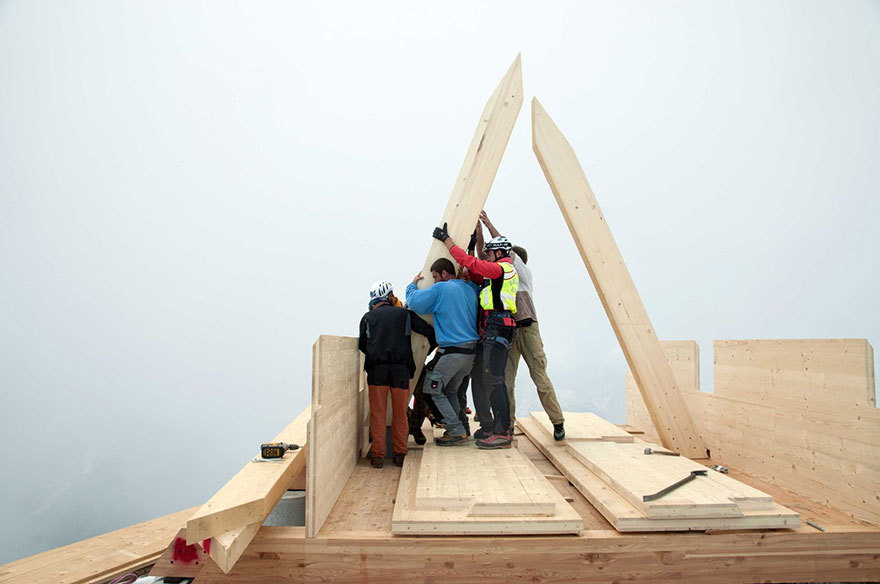 Команда из 12 профессиональных строителей, горноспасателей, волонтеров и друзей Луки, собрали дом за