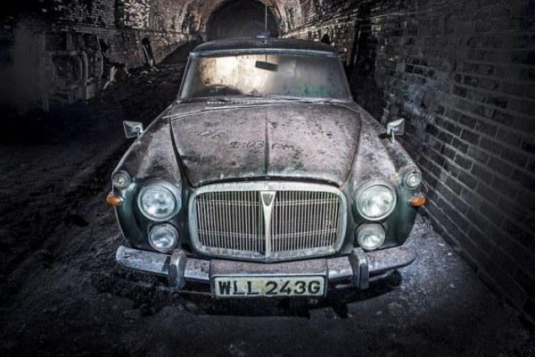 Заброшенный железнодорожный тоннель в Ливерпуле наполнен старыми автомобилями (23 фото)