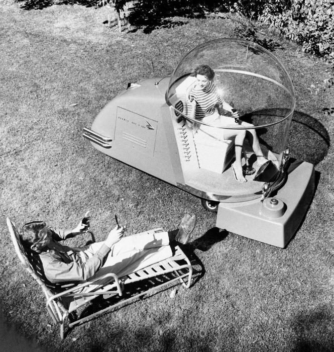 Уникальная газонокосилка, оборудованная мягким креслом, фарами, радио, телевидением и системой подач