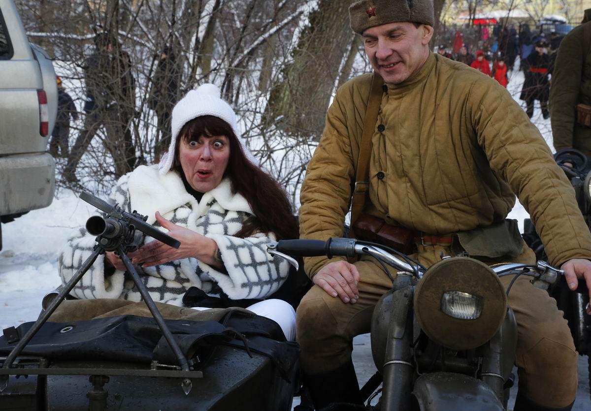 Ух ты, какая штучка: Очумевшая пулеметчица и улыбчивый мотоциклист