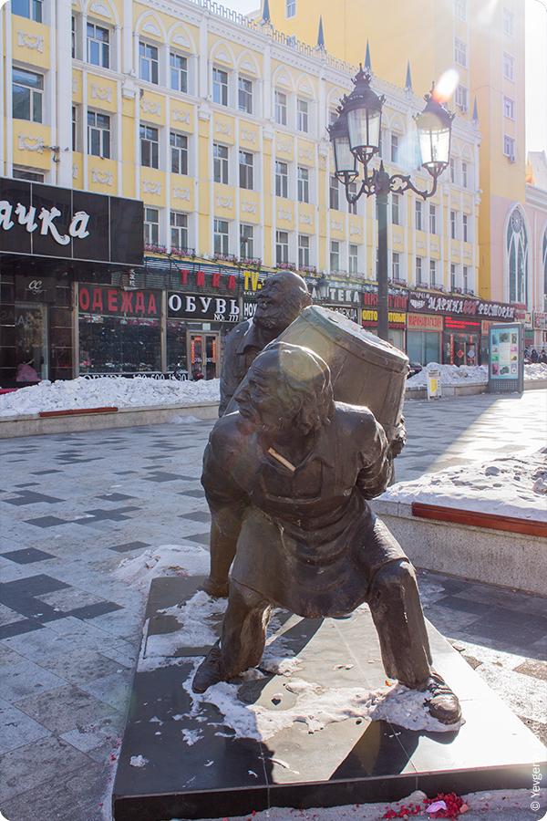уличная скульптура, мужики тащат бочку, Маньчжурия