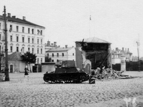 Один из литовских  Vickers М1936, переданных 28-й тд 12-го мк на бульваре Узварас. Рига, лето 1941 года.