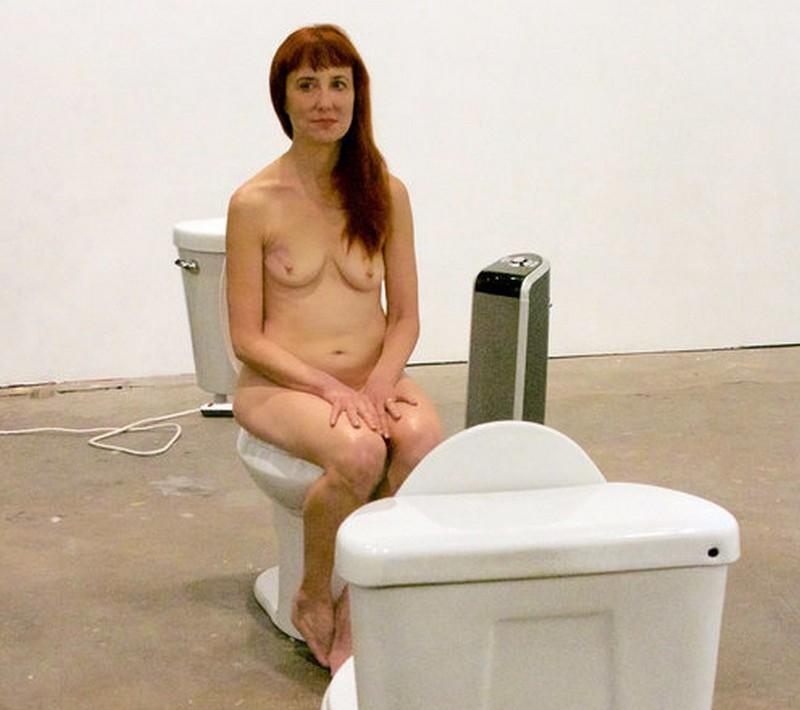 Голая художница просидела два дня на унитазе