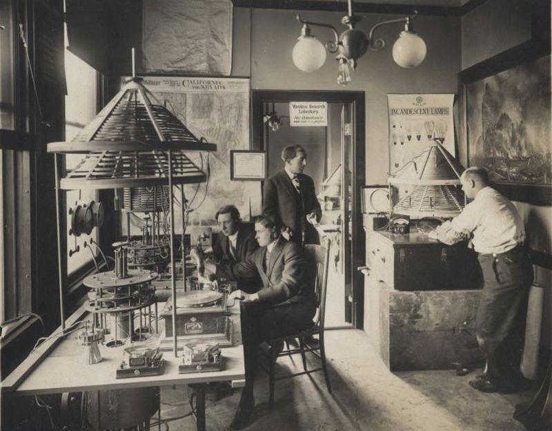 Здесь же начала развиваться телеграфная и радиопромышленность. В 1909 году состоялась первая радиотр