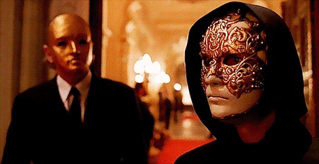 Она хочет, чтобы ее вопринимали такой, какая она есть. Поэтому не носит масок, скрывающих ее настоящ