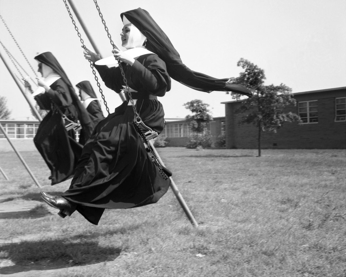 1963 год. Сестры тестируют качели в близлежащей школе St. Joseph's Village.