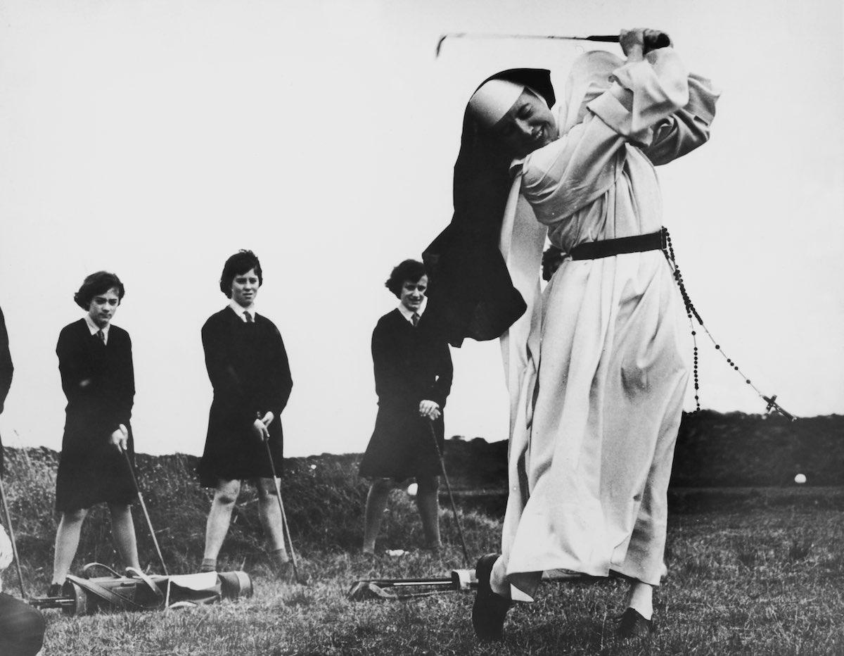 1965 год. Монахиня на тренировке по игре в гольф. Сестра Мэри Мартина проделывает «железный» удар на