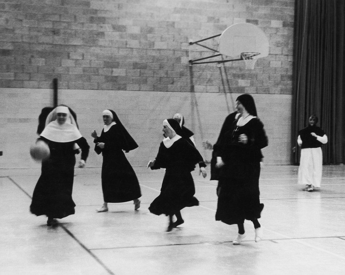 1962 год. Послушницы ордена Сестер святого Креста тренируются на баскетбольной площадке в колледже S