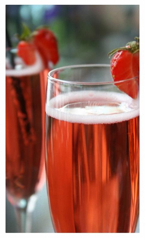 2. Розовое шампанское. Николь Барбье Клико в 1808 году разработала технологию ремюажа, благодаря кот