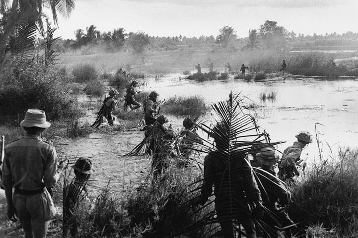 Солдаты тренируются стрелять по мишеням в Тханьчи, сентябрь 1965 года. Даже имея на руках оружие вре