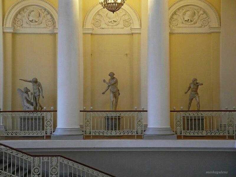 Скульптура на колоннаде