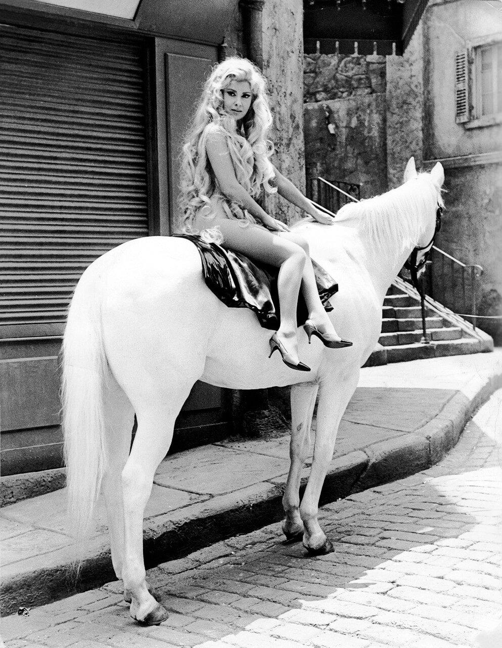 Gina LOLLOBRIGIDA nackt auf einem Pferd, 1965