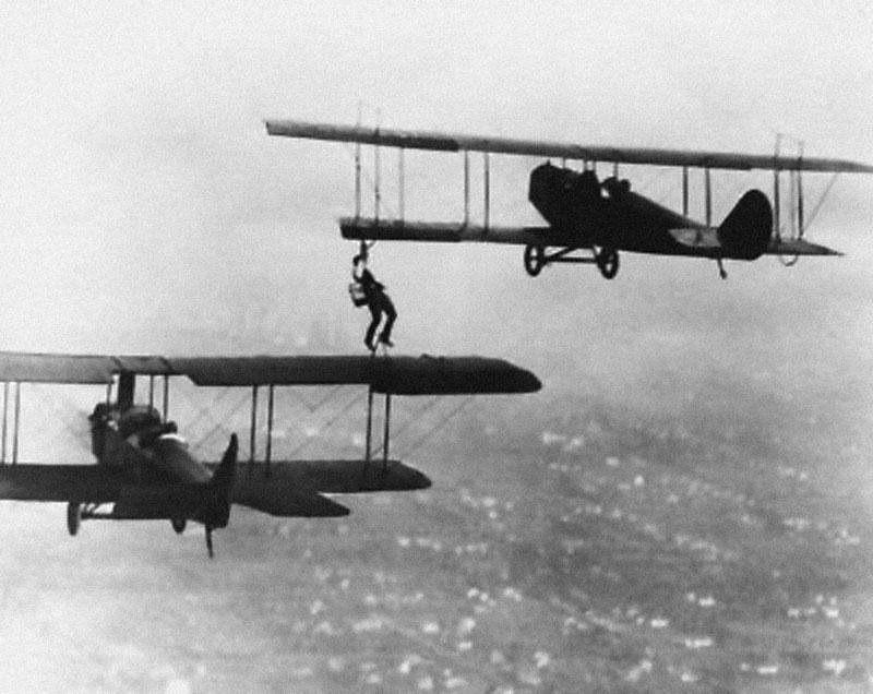 1921. Одна из первых дозаправок в воздухе с помощью каскадера с канистрой.jpg