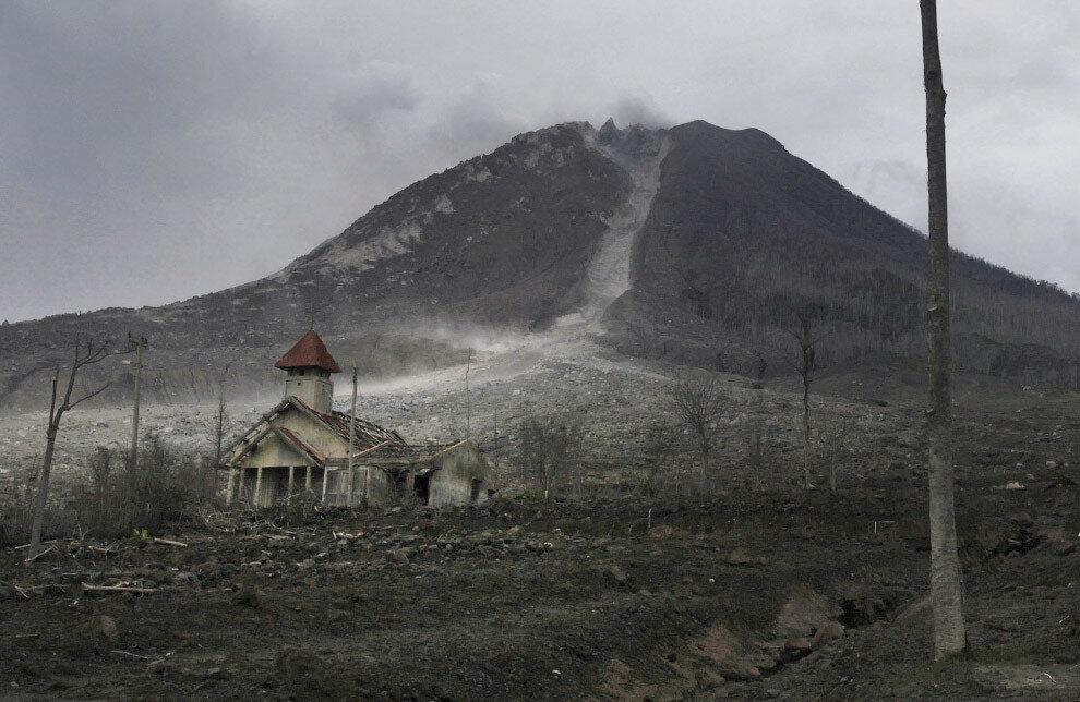 2015 Извержение вулкана Синабунг в Индонезии началось в ночь на воскресенье 29 августа 2010 года, вулкан спал до этого более 400 лет.jpg