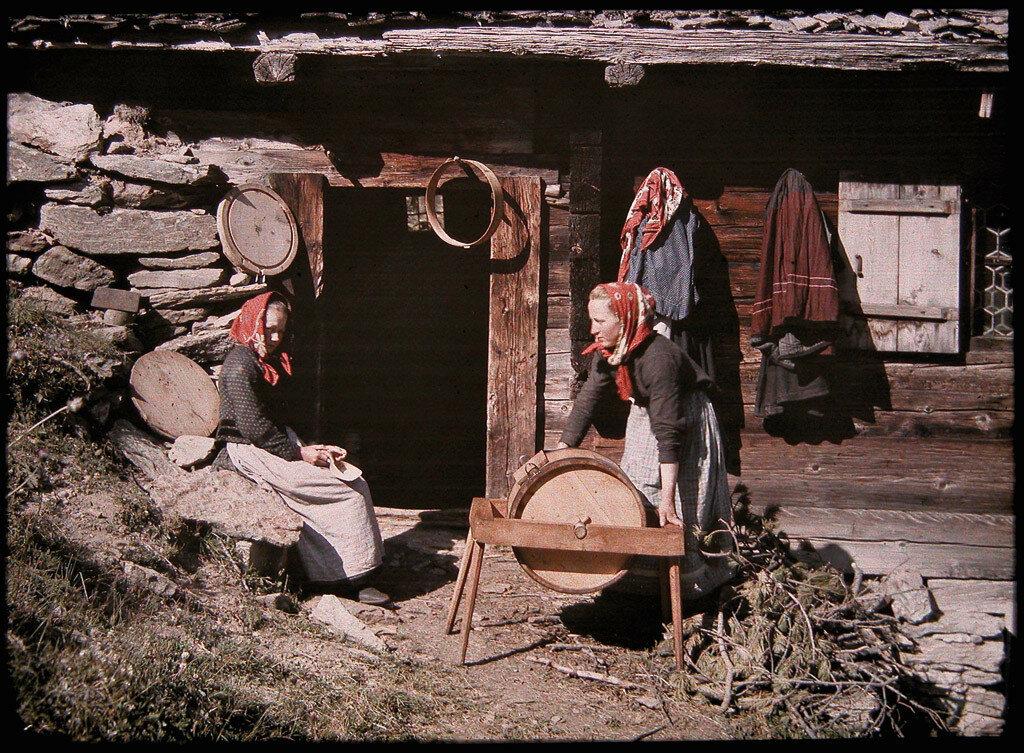 1917 Швейцарские крестьяне у маслобойки Charles Helferich.jpg