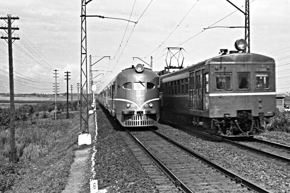 1955 Москва Дизель-поезд ДП-01 и электропоезд Ср у платформы Планерная Фото А.С. Бернштейн.jpg