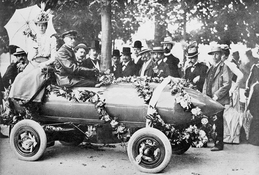 1899 — автогонщик достигает скорости свыше 100 километров (62 миль) в час во Франции на электрическом автомобиле..jpg