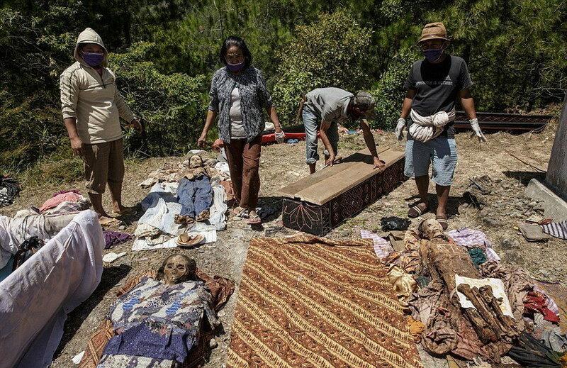 Жуткий обычай народа тораджи, выкапывающего своих мертвецов