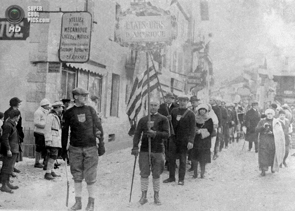Франция. Шамони, Верхняя Савойя, Рона — Альпы. 25 января 1924 года. Спортсмены из США на церемонии о