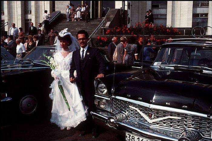 Молодожены у Центрального дворца бракосочетаний, 1988 год. Фотограф Бруно Барби (Bruno Barbey). 12.