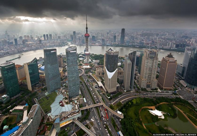 Вид на телебашню «Восточная жемчужина» — 5 по высоте телебашня в мире.