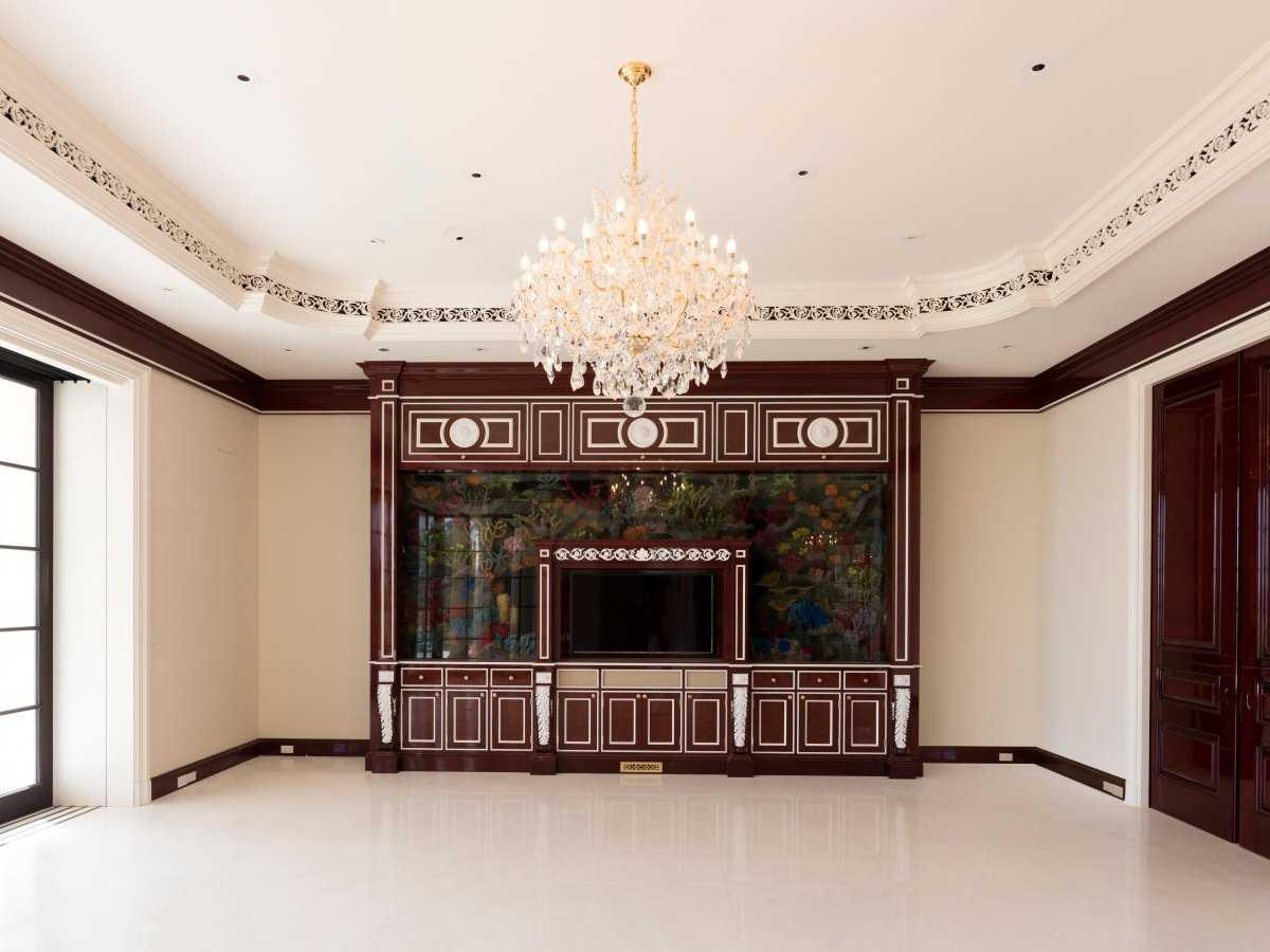 10. В гостиной находится 5000-литровый аквариум с телевизором.